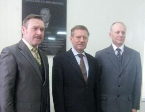 Dyrektor szkoły Romuald Grzybowski z synami Patrona szkoły Zbigniewem i Stanisławem Stelmachowskimi (fot. Zofia Abucewicz)